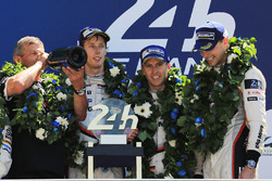 Подіум: переможці Тімо Бернхард, Ерл Бембер, Брендон Хартлі, Porsche Team, Голова Porsche LMP1 Фрітц Ензінгер