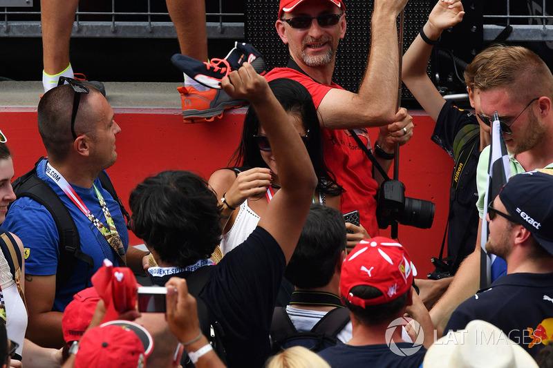 Уболівальники ловлять чобіт Даніеля Ріккардо, Red Bull Racing