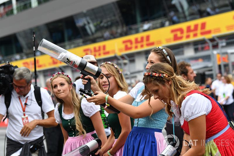 Грід-гьолз стріляють у натовп футболками з пістолету