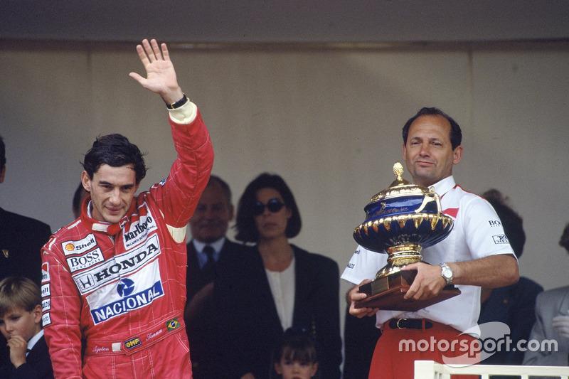 Podium : le vainqueur Ayrton Senna, McLaren Honda, avec Ron Dennis, directeur McLaren