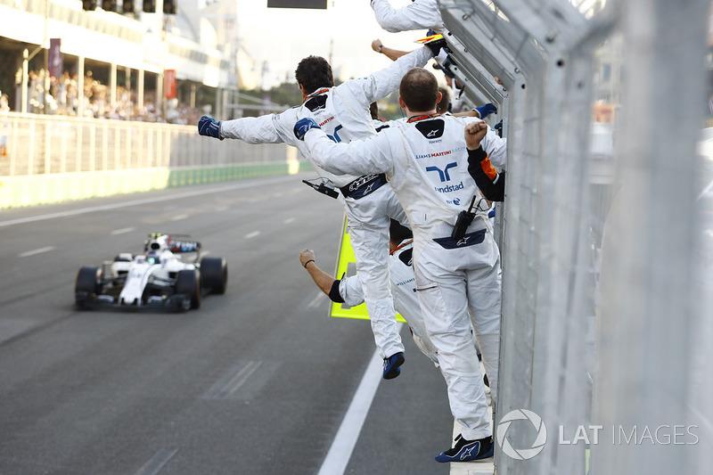 Lance Stroll, Williams FW40, agradece  a sus mecánicos al final