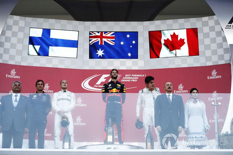 Podio: ganador de la carrera Daniel Ricciardo, Red Bull Racing, segundo lugar Valtteri Bottas, Mercedes AMG F1, y tercer lugar Lance Stroll, Williams con el Presidente de Azerbaiyán y su esposa entregó el trofeo
