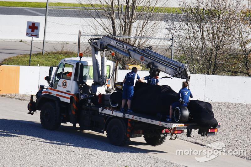 Евакуація розбитого боліда Williams FW40 Ленса Стролла
