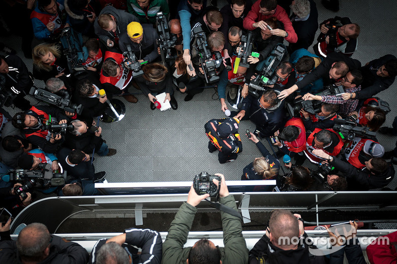 Max Verstappen, Red Bull Racing RB13 con la prensa