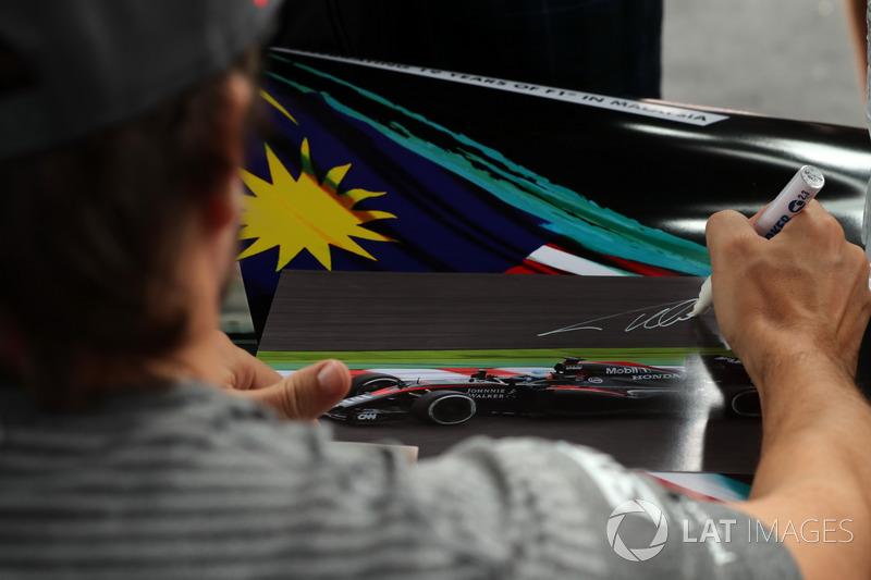 Фернандо Алонсо, McLaren, ставить автограф на листівці
