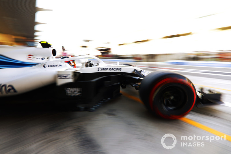 Robert Kubica, Williams FW41, leaves the garage