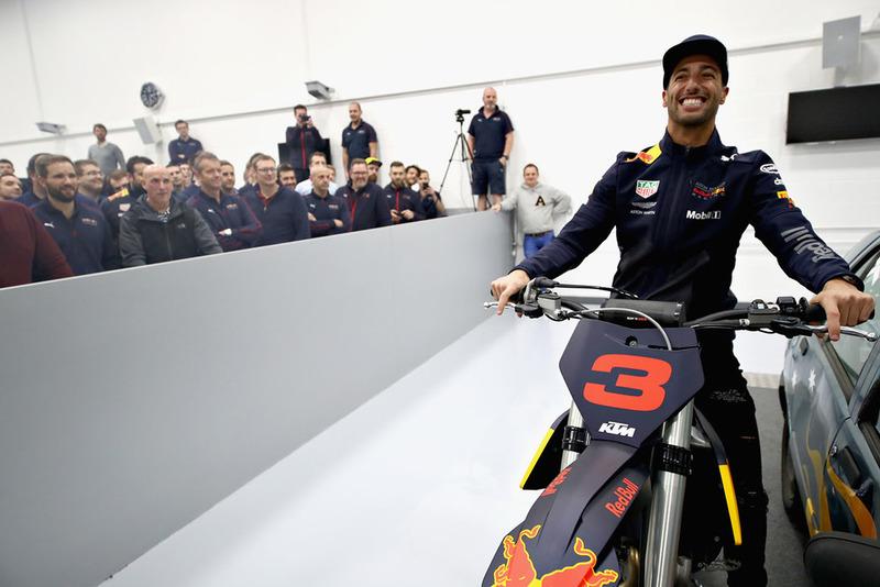 Daniel Ricciardo, Red Bull Racing, posa per una foto con una moto KTM