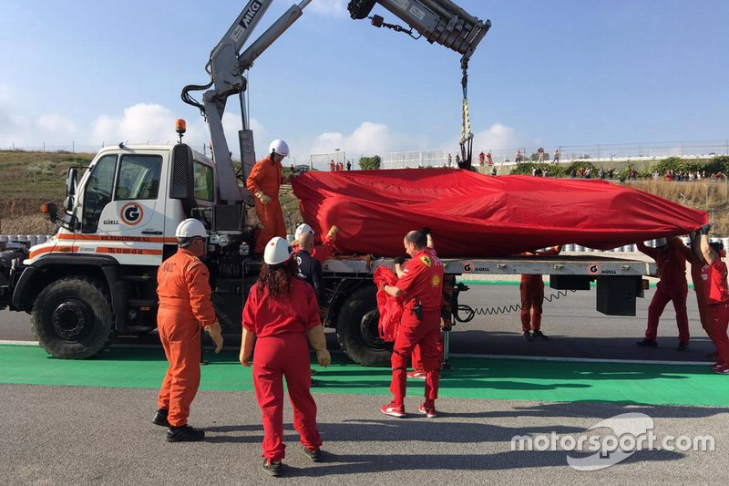 Il recupero della Ferrari SF90 di Sebastian Vettel