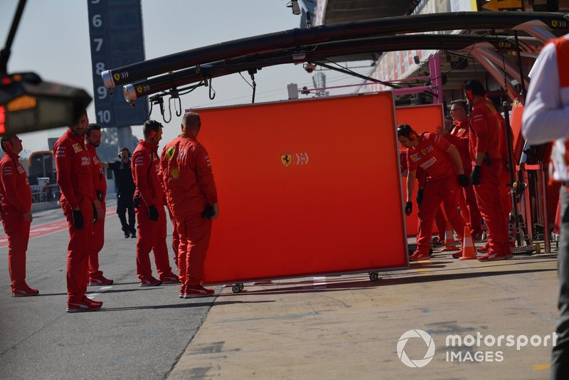 Ferrari mechanics and garage screens