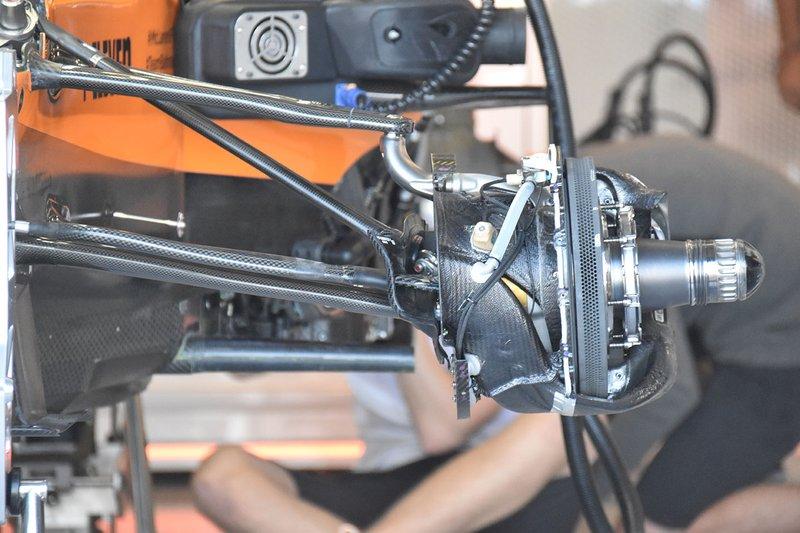 McLaren MCL34, dettaglio del bracket sporgente dal porta mozzo anteriore