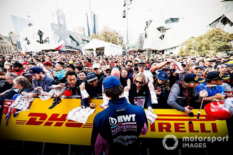Lance Stroll, Racing Point, firma autografi ai tifosi all'evento a Federation Square