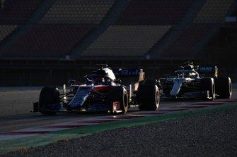 Daniil Kvyat, Scuderia Toro Rosso STR14 et Lewis Hamilton, Mercedes-AMG F1 W10 EQ Power+