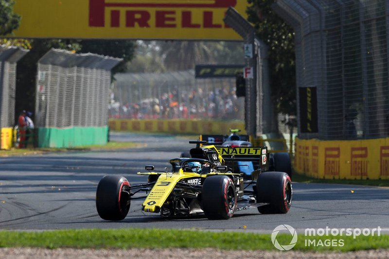 Daniel Ricciardo, Renault R.S.19 with damage and no front wing
