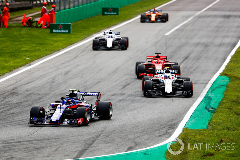 Pierre Gasly, Toro Rosso STR13, leads Sergey Sirotkin, Williams FW41, Sebastian Vettel, Ferrari SF71H, Lance Stroll, Williams FW41, and Fernando Alonso, McLaren MCL33