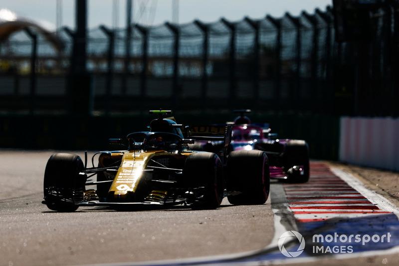 Carlos Sainz Jr., Renault Sport F1 Team R.S. 18, Sergio Pérez, Racing Point Force India VJM11