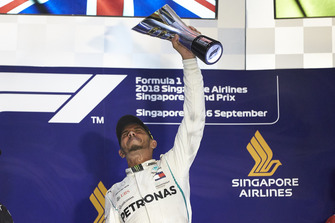 Le vainqueur Lewis Hamilton, Mercedes AMG F1, soulève son trophée sur le podium