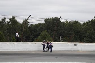 Oficiales de IndyCar en el sitio del accidente