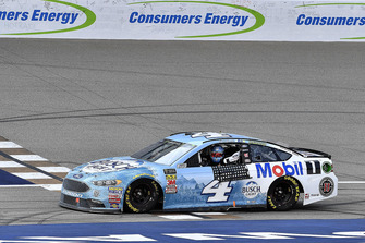 Il vincitore Kevin Harvick, Stewart-Haas Racing, Ford Fusion Busch Light / Mobil 1