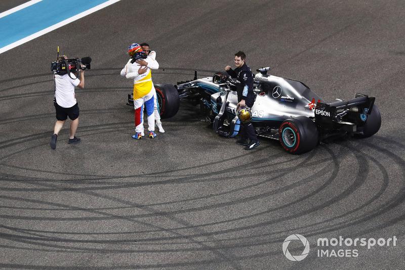 Fernando Alonso, McLaren, abraza a Lewis Hamilton, Mercedes AMG F1 W09 EQ Power+ al final