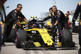 Carlos Sainz Jr., Renault Sport F1 Team R.S. 18, arrives on the grid