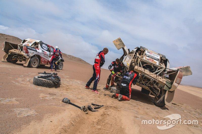 #302 Giniel de Villiers helps #309 Bernhard ten Brinke, Toyota Gazoo Racing