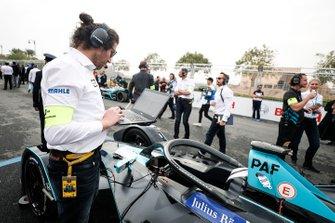 Les ingénieurs font les dernières vérifications sur la voiture de Gary Paffett, HWA Racelab, VFE-05