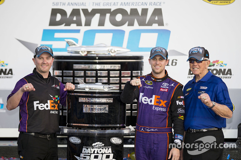 Ganador de la carrera Denny Hamlin, Joe Gibbs Racing Toyota with Joe Gibbs