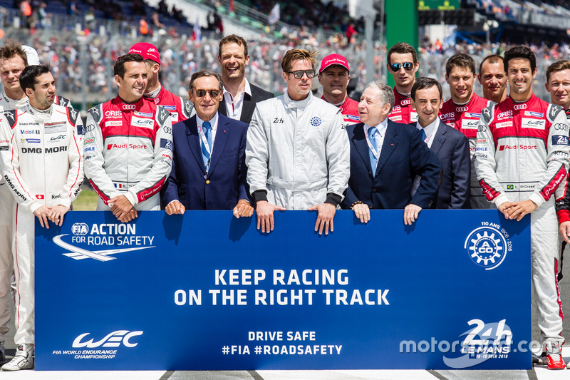 Foto oficial de Acción de FIA para la seguridad vial: Presidente de la FIA Jean Todt, Presidente de ACO Pierre Fillon, actor Brad Pitt con pilotos