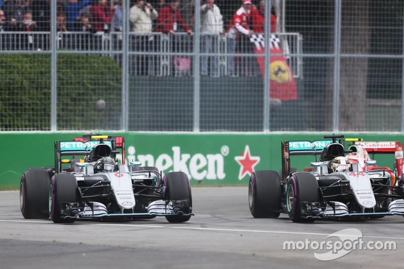 (Зліва направо): Ніко Росберг, Mercedes AMG F1 W07 Hybrid та товариш по команді Льюїс Хемілтон, Mercedes AMG F1 W07 Hybrid, старт гонки