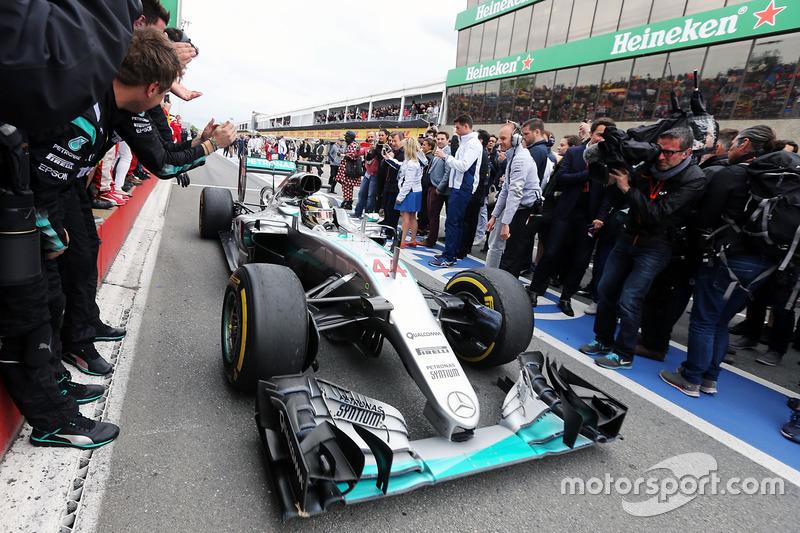 Переможець гонки Льюїс Хемілтон, Mercedes AMG F1 W07 Hybrid заїзжає у закритий парк