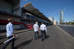 Charlie Whiting examina la preparacion de la pista de Baku