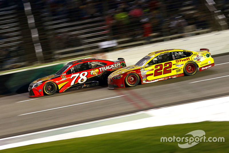Martin Truex Jr., Furniture Row Racing Toyota e Joey Logano, Team Penske Ford