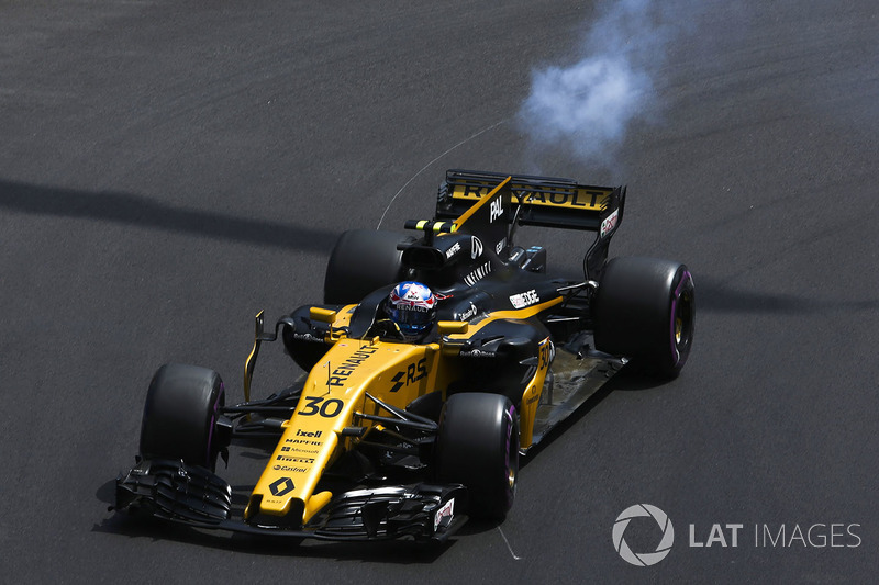 Smoke plumes emerge from the rear of Jolyon Palmer, Renault Sport F1 Team RS17