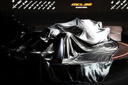 McLaren MCL32 örtüler altında