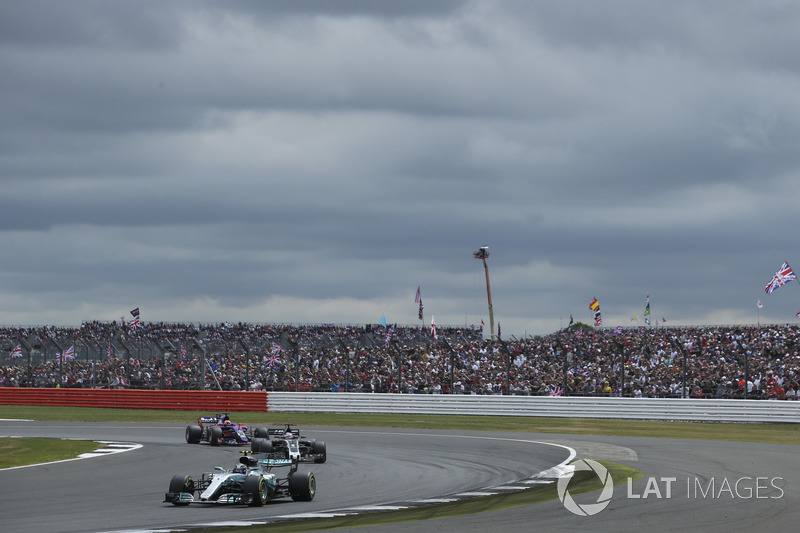 Valtteri Bottas, Mercedes AMG F1 W08, Romain Grosjean, Haas F1 Team VF-17