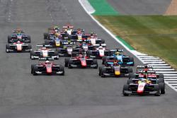 Giuliano Alesi, Trident leads Arjun Maini, Jenzer Motorsport, en la arrancada