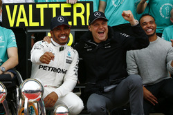 Race winner Lewis Hamilton, Mercedes AMG F1, second place Valtteri Bottas, Mercedes AMG F1, celebrate with the team