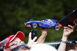 Un fan di Carlos Sainz Jr., Scuderia Toro Rosso, mostra un modellino