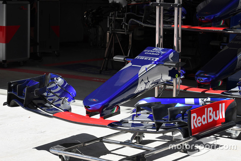 Scuderia Toro Rosso STR12 nose and front wing
