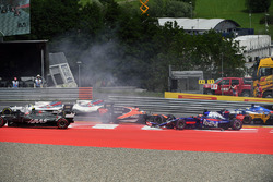 Kollision: Max Verstappen, Red Bull Racing RB13, Fernando Alonso, McLaren MCL32, Daniil Kvyat, Scuderia Toro Rosso STR12