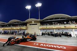 Fernando Alonso, McLaren MCL32, vuelve al garaje de McLaren