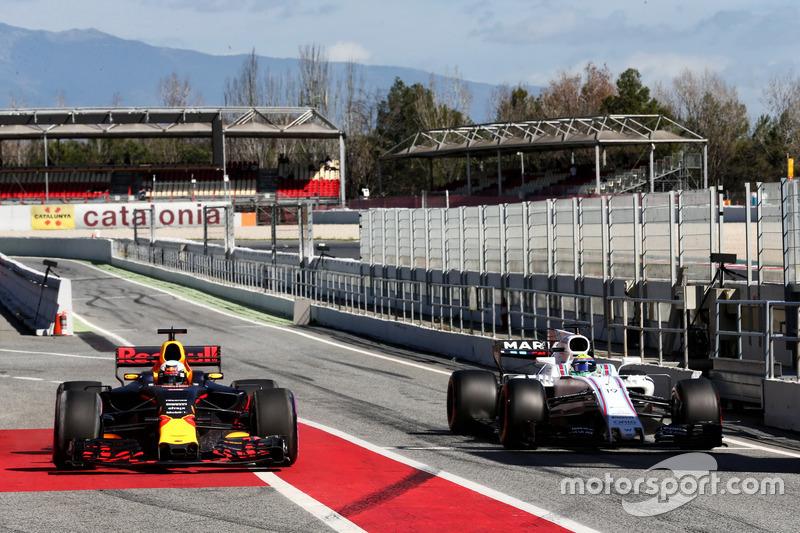 Daniel Ricciardo, Red Bull Racing RB13 y Felipe Massa, Williams FW40 en pits