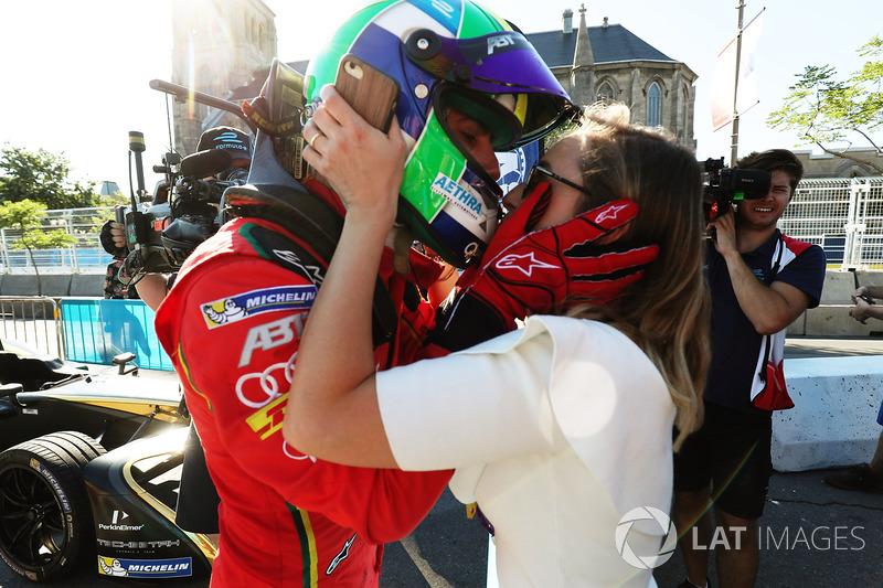 Lucas di Grassi, ABT Schaeffler Audi Sport, recibe un beso después de ganar la carrera