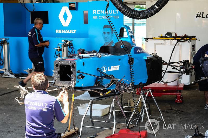 El equipo de Renault trabaja eDAMS hemos dañado por Sébastien Buemi, Renault e.Dams