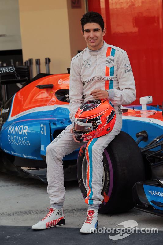 Esteban Ocon, Manor Racing en una fotografía de equipo