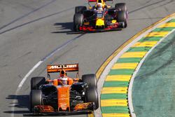 Stoffel Vandoorne, McLaren MCL32, devant Daniel Ricciardo, Red Bull Racing RB13