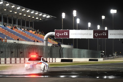 Coche de seguridad inspeccionando la pista mojada Qatar