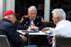 Niki Lauda, Mercedes Presidente no ejecutivo el Dr. Helmut Marko, asesor de Red Bull Motorsport y Charlie Whiting, delegado de la FIA