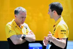 Bob Bell, Renault Sport F1 Team et Remi Taffin, directeur des opérations bord de piste Renault Sport F1