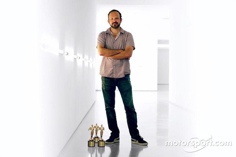 Robert Lyon, Director General, producción de Video y publicación con tres premios Telly